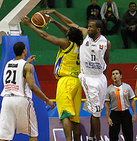 COLOMBIA -26-04-2013. César Cortés (d) de Once Caldas disputa el balón con Newsome Reque (i) de Bambuqueros durante partido de la fecha 5 fase II de la  Liga Direct TV de baloncesto Profesional de Colombia realizado en el coliseo Municipal de Caldas./  Cesar Cortes (r) of Once Caldas fights for the ball with Bambuqueros player Newsome Reque (l) during match of the 5th date phase II of  DirecTV professional basketball League in Colombia at Municipal coliseum of Caldas. Photo: VizzorImage/Yonboni/STR