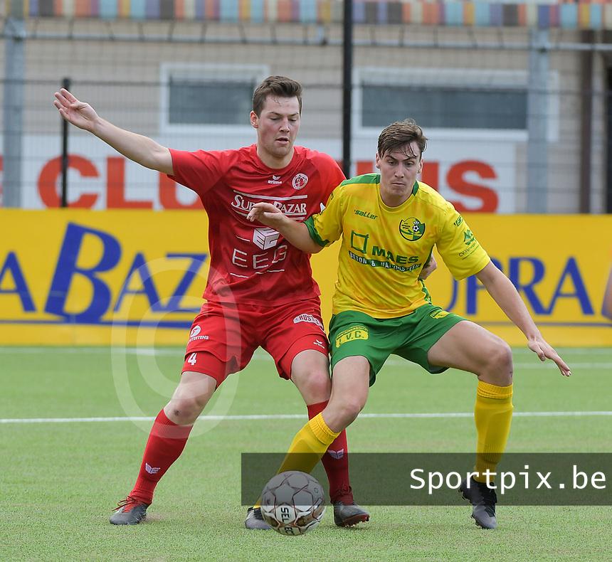 FC GULLEGEM - WITGOOR SPORT DESSEL :<br /> Lennart Sampers (L) zit Anton Bockx (R) kort op de huid<br /> <br /> Foto VDB / Bart Vandenbroucke