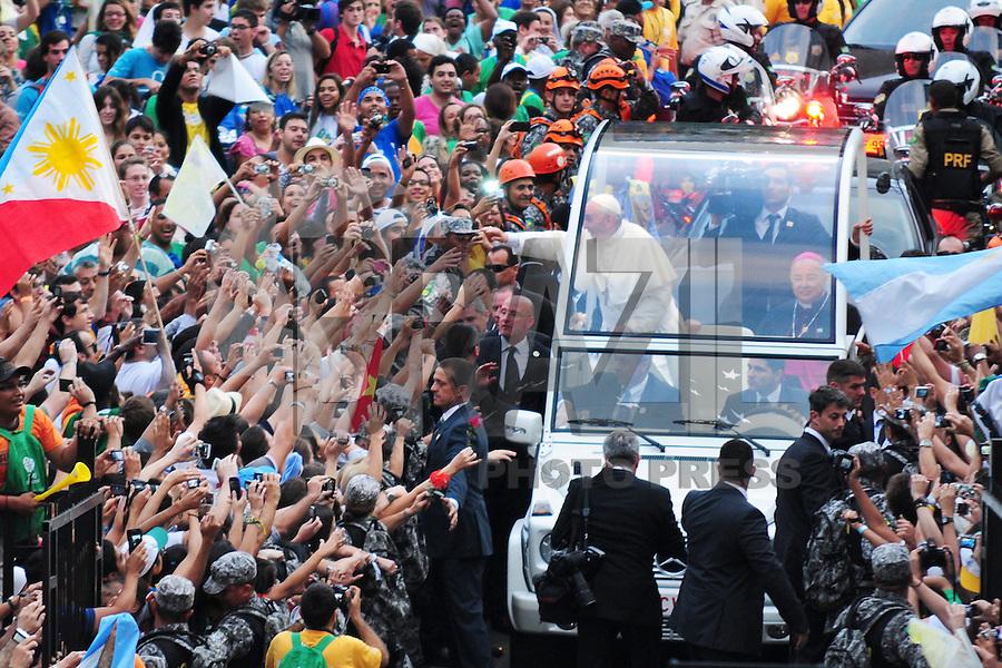 RIO DE JANEIRO, RJ, 22.07.2013 - PAPA NO RIO DE JANEIRO - Fieis aguardam o Papa Francisco que desfila de papamóvel pelas ruas do centro do Rio de Janeiro, nesta segunda-feira (Foto: Sandrovox / Brazil Photo PRess).