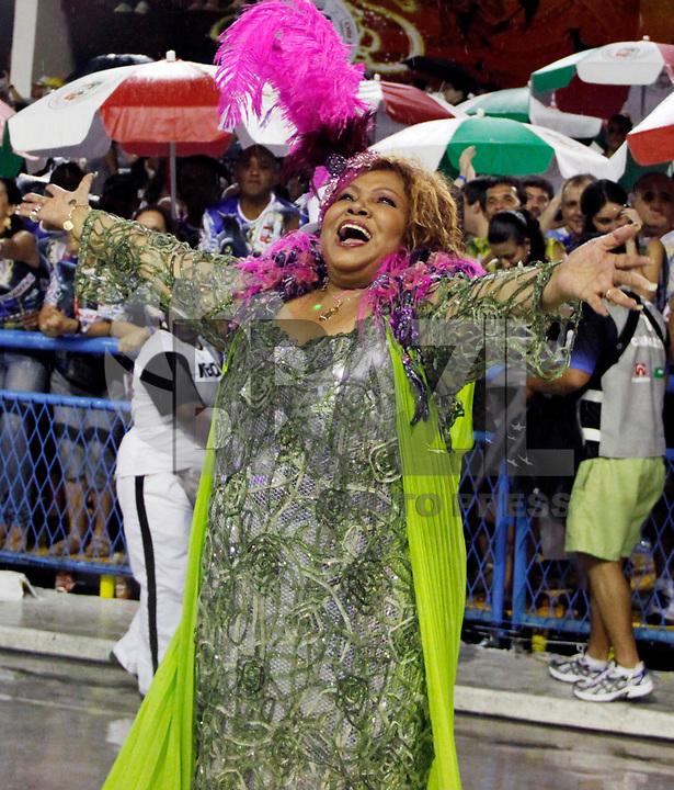 RIO DE JANEIRO, RJ, 07 DE MARÇO DE 2011 - CARNAVAL RJ - MANGUEIRA - A cantora Alcione durante da Mangueira no primeiro dia de Desfile das Escolas de Samba do Grupo Especial do Rio de Janeiro, na Marquês de Sapucaí (Sambódromo), no centro da cidade, na madrugada desta segunda-feira (7). (FOTO: WILLIAM VOLCOV / NEWS FREE).