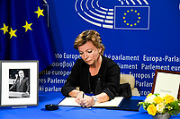 European Ceremony of Honour for Dr. Helmut KOHL - Signature by Karen ELLEMANN KLOCH, Danish Minister for Equal Opportunities and Minister for Nordic Cooperation # CEREMONIE D'HOMMAGE A HELMUT KOHL AU PARLEMENT EUROPEEN