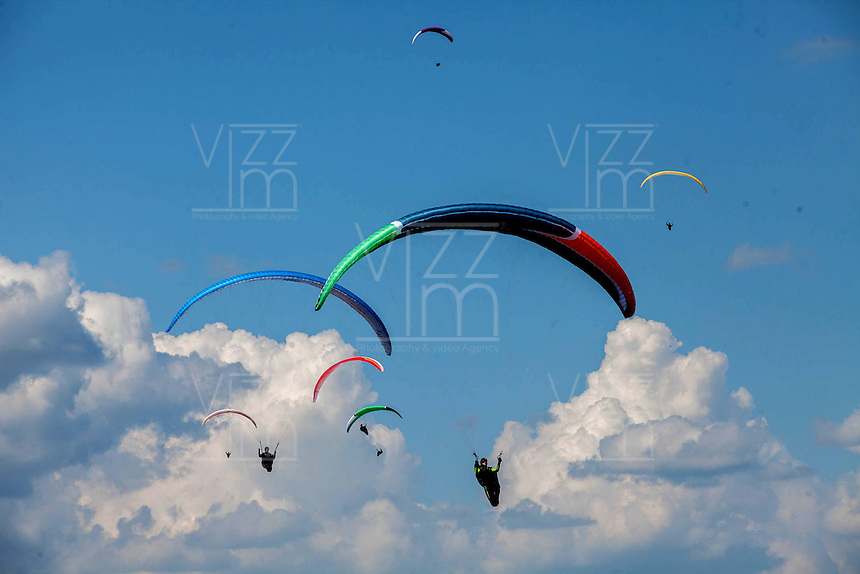 ROLDANILLO-COLOMBIA-22-01-2013. Con la participación de más de un centenar de deportistas de 32 paises, se realiza el Campeonato Mundial de Parapente 2013, en la ciudad de Roldanillo en el departamento del Valle del Cauca, Colombia, enero 22 de 2013. With the participation of more than a hundred athletes from 32 countries performed the Paragliding World Cup 2013, in the city of Roldanillo in the department of Valle del Cauca, Colombia, Jan. 22, 2013. (Photo. VizzorImage/Federico Rios/Cont.)......