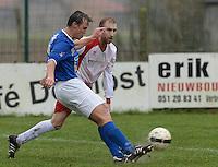 SK Oostnieuwkerke - KVC SV Oostkamp : Wim Acke met de voorzet voor de toekijkende Bart Cleenwerck (r)<br /> Foto VDB / Bart Vandenbroucke