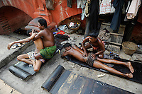 INDIA Westbengal Calcutta Kolkata, Ayurveda body massage for men outside at Babu Ghat at Hoogli river / INDIEN Westbengalen Megacity Kalkutta, Ayurveda und Koerper  Massage am Babu Ghat am Hoogli Fluss