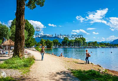 Deutschland, Bayern, Chiemgau, bei Uebersee-Feldwies: Strandpromenade, im Hintergrund die Chiemgauer Alpen | Germany, Bavaria, Chiemgau, near Uebersee-Feldwies: lakeside promenade, at background the Chiemgau Alps
