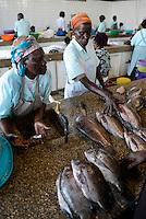 KENYA Kisumu, women at fish market / KENIA Kisumu, Frauen auf dem Fischmarkt