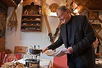 Europe/France/Rhone-Alpes/73/Savoie/Courchevel: Jacques Trauchessec et sa fondue à la truffe, restaurant: La Saulire [Non destiné à un usage publicitaire - Not intended for an advertising use]