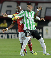 BOGOTÁ -COLOMBIA, 07-05-2014. Dairon Mosquera (Izq) de Independiente Santa Fe disputa el balón con Santiago Trellez (Der) del Atlético Nacional durante partido de ida por las semifinales de la Liga Postobón  I 2014 jugado en el estadio Nemesio Camacho el Campín de la ciudad de Bogotá./ Independiente Santa Fe player Dairon Mosquera (L) fights for the ball with Atletico Nacional player Santiago Trellez (R) during first leg match for the semifinals of the Postobon League I 2014 played at Nemesio Camacho El Campin stadium in Bogotá city. Photo: VizzorImage/ Gabriel Aponte / Staff