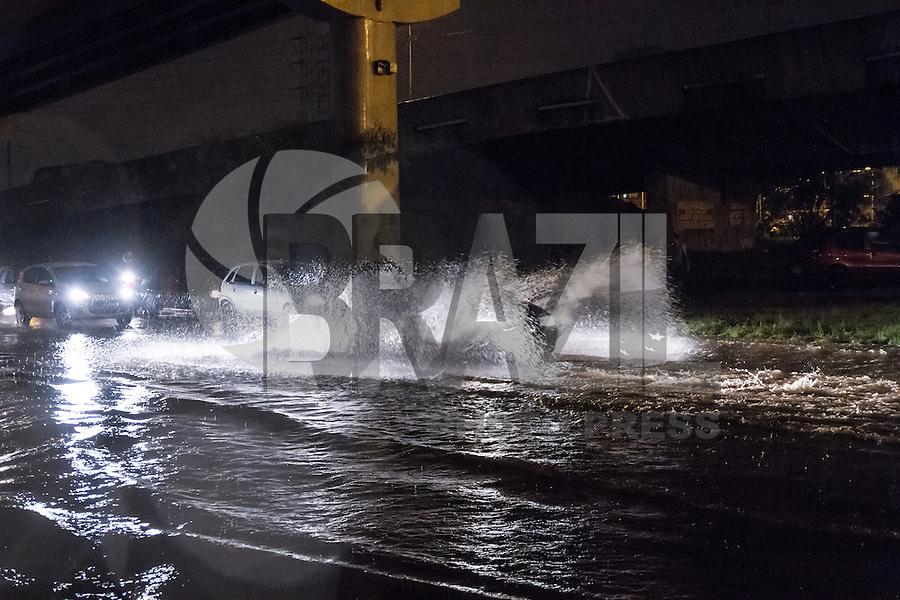 SAO PAULO, SP, 08.03.2015 - ALAGAMENTO - SP - Chuva atinge a região do Viaduto Grande São Paulo, deixando o local com pontos de alagamento nesta noite de domingo (08).  (Foto: Marcelo Brammer / Brazil Photo Press)