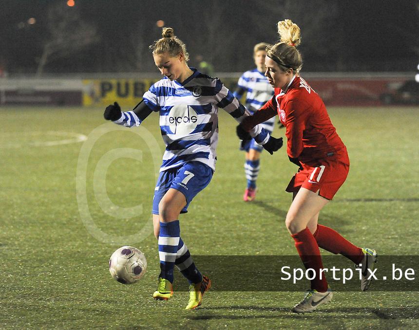 AA GENT LADIES - FC TWENTE :<br /> Margaux Van Ackere (L) is sneller op de bal dan Marlous Pieete (R)<br /> foto Dirk Vuylsteke / Nikonpro.be