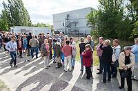 """Am Freitag den 10. Juli 2015 wurde die erste von zwei Containerunterkuenften fuer Fluechtlinge aus dem Buergerkrieg in Syrien im Berliner Bezirk Marzahn-Hellersdorf bei einem """"Tag der offenen Tuer"""" fuer die Anwohner geoffnet. Dies geschah, um die im Stadtteil weit verbreitete Angst und die Vorurteile abzubauen. Der Andrang der Anwohner war sehr gross.<br /> Gegen die Errichtung der zwei Containerunterkuenfte protestierten eine handvoll Nazis und Hooligans. Zum Teil wurden rassistische Parolen gebruellt.<br /> Zum Schutz der Containerunterkuenfte vor rassistischen Protesten waren Mitarbeiter einer Securityfirma und zwei Hunderschaften der Polizei vor Ort. <br /> 10.7.2015, Berlin<br /> Copyright: Christian-Ditsch.de<br /> [Inhaltsveraendernde Manipulation des Fotos nur nach ausdruecklicher Genehmigung des Fotografen. Vereinbarungen ueber Abtretung von Persoenlichkeitsrechten/Model Release der abgebildeten Person/Personen liegen nicht vor. NO MODEL RELEASE! Nur fuer Redaktionelle Zwecke. Don't publish without copyright Christian-Ditsch.de, Veroeffentlichung nur mit Fotografennennung, sowie gegen Honorar, MwSt. und Beleg. Konto: I N G - D i B a, IBAN DE58500105175400192269, BIC INGDDEFFXXX, Kontakt: post@christian-ditsch.de<br /> Bei der Bearbeitung der Dateiinformationen darf die Urheberkennzeichnung in den EXIF- und  IPTC-Daten nicht entfernt werden, diese sind in digitalen Medien nach §95c UrhG rechtlich geschuetzt. Der Urhebervermerk wird gemaess §13 UrhG verlangt.]"""