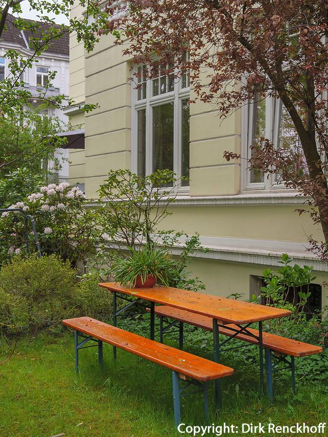 Biertischgarnitur in Vorgarten Curschmannstraße in Hamburg-Hoheluft-Ost, Deutschland, Europa<br /> ale bench in front garden, Curschmann St. in Hamburg-Hoheluft-Ost, Germany, Europe