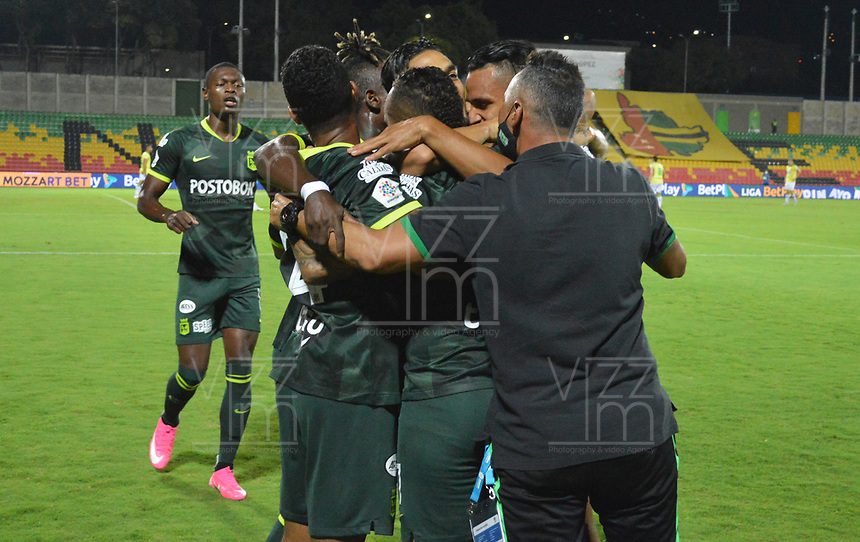 BUCARAMANGA - COLOMBIA, 12-10-2018: Jarlan Barrera de Nacional celebra con sus compañeros después del partido por la fecha 12 de la Liga BetPlay DIMAYOR I 2020 entre Atlético Bucaramanga y Atlético Nacional jugado en el estadio Alfonso Lopez de la ciudad de Bucaramanga. / Jarlan Barrera player of Nacional Boyaca celebrates with his teammates after match for the date 12 of the BetPlay DIMAYOR League I 2020 between Atletico Bucaramanga and Atletico Nacional played at the Alfonso Lopez stadium of Bucaramanga city. Photo: VizzorImage / Jose David Martinez / Cont
