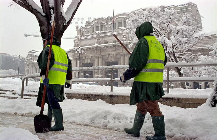 Gennaio 2009, nevicata su Milano. Spalatori di neve al lavoro sul piazzale della stazione centrale --- January 2009, snowfall in Milan. Snow shovelers at work on the square in front of central station