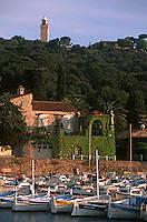 06 Alpes Maritimes/ Antibes : Villa en bord de mer et pointus [Non destiné à un usage publicitaire - Not intended for an advertising use]