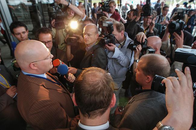NPD im saechsischen Landtag<br /> Die NPD ist seit 1968 zum ersten mal wieder in ein Landesparlament gewaehlt worden. Sie erreichte ueber 9 Prozent der abgegebenen Waehlerstimmen.<br /> Hier: Jens Puehse (1972, Verlagsangestellter), trat fuer die NPD als Direktbewerber in Riesa zur Wahl an, vor dem Landtag.<br /> 19.9.2004, Dresden<br /> Copyright: Christian-Ditsch.de<br /> [Inhaltsveraendernde Manipulation des Fotos nur nach ausdruecklicher Genehmigung des Fotografen. Vereinbarungen ueber Abtretung von Persoenlichkeitsrechten/Model Release der abgebildeten Person/Personen liegen nicht vor. NO MODEL RELEASE! Nur fuer Redaktionelle Zwecke. Don't publish without copyright Christian-Ditsch.de, Veroeffentlichung nur mit Fotografennennung, sowie gegen Honorar, MwSt. und Beleg. Konto: I N G - D i B a, IBAN DE58500105175400192269, BIC INGDDEFFXXX, Kontakt: post@christian-ditsch.de<br /> Bei der Bearbeitung der Dateiinformationen darf die Urheberkennzeichnung in den EXIF- und  IPTC-Daten nicht entfernt werden, diese sind in digitalen Medien nach §95c UrhG rechtlich geschuetzt. Der Urhebervermerk wird gemaess §13 UrhG verlangt.]