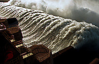 Vertedouro da hidrelétrica de Tucuruí no Pará.<br /> Tucuruí, Pará, Brasil<br /> ©Foto: Paulo Santos/Interfoto<br /> 26/04/2002<br /> Cromo Cor 135 Tucuruí  P 13 C3