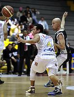 BOGOTÁ-COLOMBIA-09-03-2013. Reyes (4) de Búcaros disputa el balon con Quiroz (12) de Piratas durante partido de la décima fecha de la Liga Direct TV de baloncesto Profesional de Colombia 2013./ Reyes (4) of Bucaros dispute  the ball with Quiroz (12) of Piratas during the game of the tenth date of Colombian Professional basketball League DirecTV 2013. Photo: VizzorImage/STR