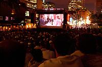 Projection exterieure  du  Festival des Films du Monde, 4 septembre 2001<br /> <br /> PHOTO : <br />  - Agence Quebec Presse<br /> <br /> NOTE : Les ajustements finaux, recadrage et retouche des poussieres seont effectuées sur les images commandées.