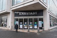 """Eindruecke vom ersten Tag des zweiten sog. """"Corona-Lockdown"""" aus der Berliner Sclossstrasse, eine der beliebtesten Einkaufsstrassen.<br /> Im Bild: Eine Frau steht vor dem Eingang einer geschlossenen Karstadt-Filiale.<br /> 16.12.2020, Berlin<br /> Copyright: Christian-Ditsch.de"""