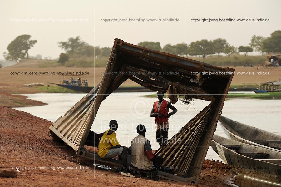 Westafrika Mali Container am Fluss Bani bei Djenne / MALI container at Bani river near Djenne