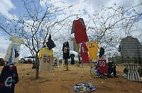 TANZANIA, Meatu, second hand clothes market in Massai village / TANSANIA, Meatu, Altkleider Markt in einem Massai Dorf