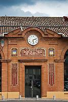 Europe/France/Midi-Pyérénées/82/Tarn-et-Garonne/Moissac: Représentation du Chasselas de Moissac sur le Hall de Paris, qui fut érigé sur la Place des Recollets grace à un don de la Ville de Paris suite aux inondations de 1930 qui détruisirentune grande partie de la ville.Cette halle déstinée tout d'abord au marché au chasselas comme on peut le voir par ses décorations extérieures abrite le Concours-Exposition du Chasselas chaque 3eme week-end de Septembre ainsi que la Fête des Fruits.