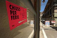 Negozi ancora chiusi dopo il terremoto.Shops still closed after the earthquake.