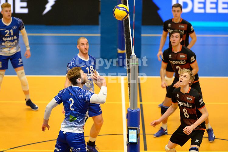 30-01-2021: Volleybal: Amysoft Lycurgus v Talentteam Papendal: Groningen Lycurgus speler Luke Herr tikt de bal over het net