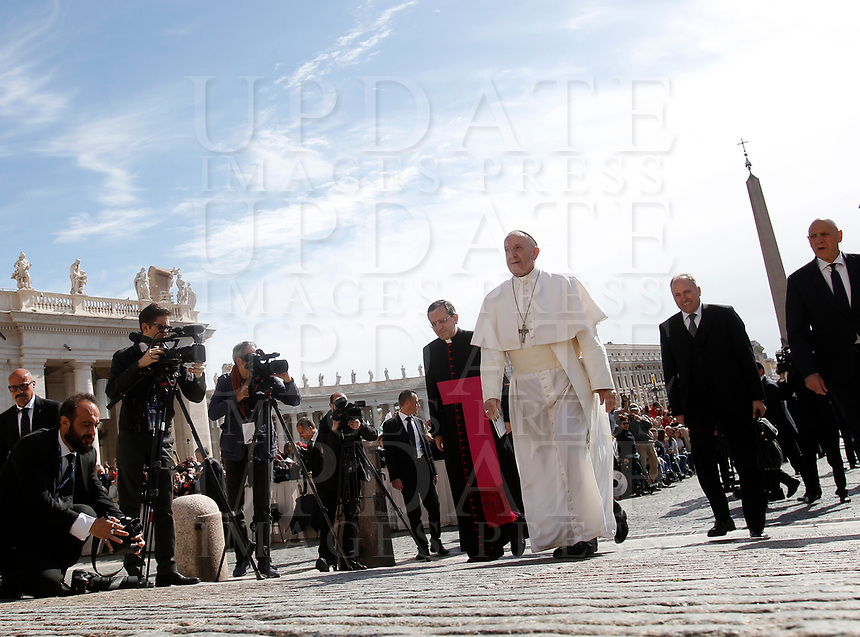 Papa Francesco al suo arrivo all'udienza generale del mercoledi' in Piazza San Pietro, Citta' del Vaticano, 3 maggio, 2017.<br /> Pope Francis arrives to lead his weekly general audience in St. Peter's Square at the Vatican, on May 3, 2017.<br /> UPDATE IMAGES PRESS/Isabella Bonotto<br /> <br /> STRICTLY ONLY FOR EDITORIAL USE
