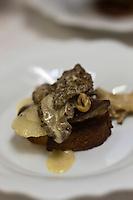 Europe/France/Rhone-Alpes/07/Ardéche/Saint-Agrève: Hôtel Faurie - Philippe Bouissou - Préparation du plat: Les morilles, le foie gras et le navet.