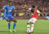 BOGOTÁ - COLOMBIA, 17-12-2017: John Pajoy (Der.) jugador de Santa Fe disputa el balón con Jair Palacios (Izq.) jugador del Millonarios durante el encuentro entre Independiente Santa Fe y Millonarios por la final vuelta de la Liga Aguila II 2017 jugado en el estadio Nemesio Camacho El Campin de la ciudad de Bogotá. / John Pajoy (R) player of Santa Fe struggles for the ball with Jair Palacios (L) player of Millonarios during match between Independiente Santa Fe and Millonarios for the second leg final of the Aguila League II 2017 played at the Nemesio Camacho El Campin Stadium in Bogota city. Photo: VizzorImage/ Gabriel Aponte / Staff