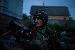 UKRAINE, Pisky: Vladimir is going on a night mission in the trenches of the frontline. <br /> <br /> UKRAINE, Pisky: Vladimir part en mission de nuit dans les tranchées de la première ligne de front.