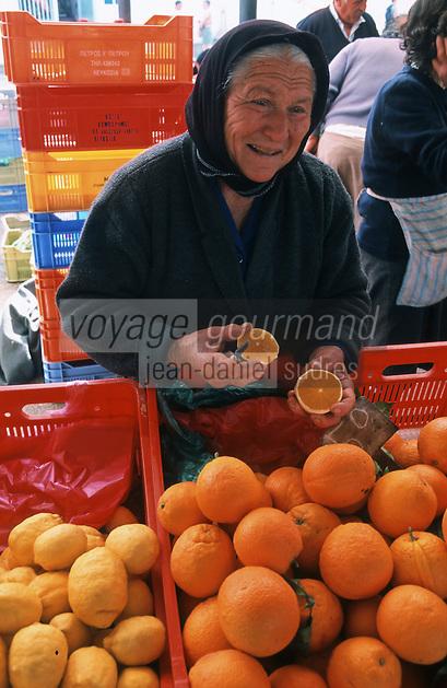 Europe/Chypre/Paphos: Paysanne épluchant une orange sur le marché