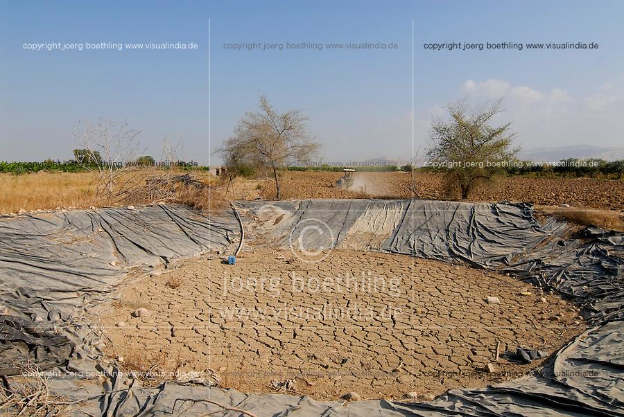 JORDANIEN Wassermangel und Landwirtschaft im Jordan Tal, ausgetrockneter Wasserspeicher fuer Bewaessung / JORDAN, water shortage and agriculture in the Jordan valley , dried water pond