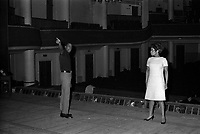"""23 février 1967. Plan de la scène, vue des coulisses, à gauche le chanteur Robert Guillaume et à droite la chanteuse Olive Moorefield, lors de la répétition de l'opréra """"Porgy and Bess"""". Observation: Répétion, au Théâtre du Capitole de l'opéra américain """"Porgy and Bess"""", Musique de geoge Gershwin, à l'occasion du 30ème anniversaire de sa mort."""