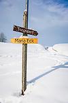 Germany, Upper Bavaria, Chiemgau, between Ruhpolding and Siegsdorf: winter scenery, hiking signpost | Deutschland, Oberbayern, Chiemgau, zwischen Siegsdorf und Ruhpolding: Winterlandschaft, Wanderwegweiser