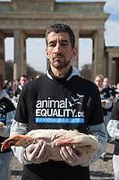 """Aus Protest gegen die industrielle Nutzung von Tieren halten am Dienstag den 25. Maerz 2014 vor dem Brandenburger Tor 100 Menschen 100 tote Huehner, Fische, Ferkel, Gaense und Laemmer in den Haenden.<br />Ziel der Aktion war es, """"zu verdeutlichen, dass Tiere keine Produkte sondern empfindsame Lebewesen mit einem Recht auf Leben sind"""" so die Organisatoren von der Tierrechtsorganisation Animal Equality.<br />Im Bild: Ein Teilnehmer der Aktion haelt eine tote Gans in den Haenden.<br />25.3.2014, Berlin<br />Copyright: Christian-Ditsch.de<br />[Inhaltsveraendernde Manipulation des Fotos nur nach ausdruecklicher Genehmigung des Fotografen. Vereinbarungen ueber Abtretung von Persoenlichkeitsrechten/Model Release der abgebildeten Person/Personen liegen nicht vor. NO MODEL RELEASE! Don't publish without copyright Christian-Ditsch.de, Veroeffentlichung nur mit Fotografennennung, sowie gegen Honorar, MwSt. und Beleg. Konto:, I N G - D i B a, IBAN DE58500105175400192269, BIC INGDDEFFXXX, Kontakt: post@christian-ditsch.de]"""