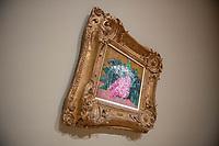 """Ausstellung """"Van Gogh. Stillleben"""" im Potdamer Museum Barberini.<br /> Die Ausstellung versammelt in einer repraesentativen Auswahl 27 Gemaelde. Von den in dunklen Erdtoenen gehaltenen Studien des Fruehwerks der Jahre 1881–1885 bis zu den in leuchtenden Farben gemalten Obst- und Blumenstillleben, die in den letzten Lebensjahren entstanden.<br /> Im Bild: Das Gemaelde """"Flieder"""".<br /> 24.10.2019, Potsdam<br /> Copyright: Christian-Ditsch.de<br /> [Inhaltsveraendernde Manipulation des Fotos nur nach ausdruecklicher Genehmigung des Fotografen. Vereinbarungen ueber Abtretung von Persoenlichkeitsrechten/Model Release der abgebildeten Person/Personen liegen nicht vor. NO MODEL RELEASE! Nur fuer Redaktionelle Zwecke. Don't publish without copyright Christian-Ditsch.de, Veroeffentlichung nur mit Fotografennennung, sowie gegen Honorar, MwSt. und Beleg. Konto: I N G - D i B a, IBAN DE58500105175400192269, BIC INGDDEFFXXX, Kontakt: post@christian-ditsch.de<br /> Bei der Bearbeitung der Dateiinformationen darf die Urheberkennzeichnung in den EXIF- und  IPTC-Daten nicht entfernt werden, diese sind in digitalen Medien nach §95c UrhG rechtlich geschuetzt. Der Urhebervermerk wird gemaess §13 UrhG verlangt.]"""