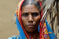 INDIA, Jharkhand, village Sarwan, indian tribe Santhal, woman with headscarf / INDIEN, Jharkand , Dorf Sarwan, Adivasi, indische Ureinwohner, Santhal Frau im Sari