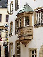 rue de la Loge, Erker-Inschrift Mir wölle bleiwe wat mir sin, Luxemburg-City, Luxemburg, Europa, UNESCO-Weltkulturerbe<br /> Bowfront inscription Mir wölle bleiwe wat mir sin,  Luxembourg City, Europe, UNESCO Heritage Site