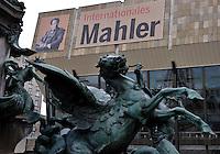 Banner zum Gustav Mahler Jahr und den Festveranstaltungen im Leipziger Gewandhaus - Feature - im Bild: am Dach des Gewandhauses ist ein Bild des Musikers und der Name MAHLER zu lesen. Foto: Norman Rembarz<br /> <br /> Jegliche kommerzielle Nutzung ist honorar- und mehrwertsteuerpflichtig! Persönlichkeitsrechte sind zu wahren. Es wird keine Haftung übernommen bei Verletzung von Rechten Dritter. Autoren-Nennung gem. §13 UrhGes. wird verlangt. Weitergabe an Dritte nur nach  vorheriger Absprache.