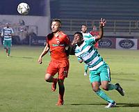 TUNJA-COLOMBIA, 25-03-2019: Jhon Fredy Salazar de Patriotas Boyacá, disputa el balón con Amaury Torralvo de La Equidad, durante partido entre Patriotas Boyacá y La Equidad, de la fecha 11 por la Liga de Águila I 2019 en el estadio La Independencia en la ciudad de Tunja. / Jhon Fredy Salazar of Patriotas Boyaca, figths the ball with Amaury Torralvo of La Equidad, during a match between Patriotas Boyaca and La Equidad, of the 11th date for the  Aguila Leguaje I 2019 at La Independencia stadium in Tunja city. Photo: VizzorImage / José Miguel Palencia / Cont.