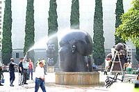 MEDELLIN - COLOMBIA: 21 - 04 - 2017.  Con una jornada de limpieza en la Plaza Botero, una brigada de aseo integrada por Instituto de Cultura y Patrimonio de Antioquia, la empresa Recuperar, la Policía Nacional, la Secretaría de Espacio Público de Medellín y Empresas Varias, lavaron las esculturas del Maestro Fernando Botero, en un acto de gratitud y respeto en la celebración de su cumpleaños. / With a day of cleaning in the Plaza Botero, a brigade of cleaning integrated by Institute of Culture and Patrimony of Antioquia, the Recover company, the National Police, the Secretariat of Public Space of Medellín and Empresas Varias, washed the sculptures of the Master Fernando Botero , In an act of gratitude and respect in celebrating his birthday. Photo: VizzorImage/ León Monsalve /Cont.