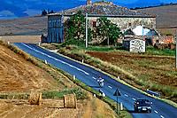 Estrada Via Cassia na Toscana. Itália. 1998. Foto de Rogério Reis.
