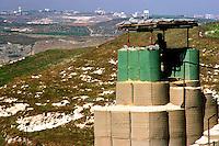 MARAKE / SUD LIBANO - LUGLIO 2007.BASE CONTINGENTE ITALIANO UNIFIL RGT.PARACADUTISTI FOLGORE..POSTAZIONE PER CONTROLLO ZONA DI CONFINE. SULLO SFONDO IL TERRITORIO ISRAELIANO..FOTO LIVIO SENIGALLIESI..MARAKE / SOUTH LEBANON - 2007.UNIFIL MISSION..ITALIAN SOLDIER PATROLLING THE BORDER BETWEEN LEBANON AND ISRAEL..PHOTO LIVIO SENIGALLIESI