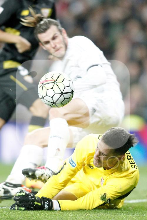 Real Madrid's Gareth Bale (t) and Sevilla's Sergio Rico during La Liga match. March 20,2016. (ALTERPHOTOS/Acero)