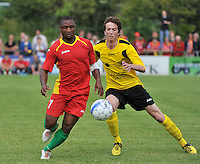 Sporting Menen - KV Oostende : Sebastien Siani aan de bal voor Jasper Beyens (links)<br /> foto VDB / Bart Vandenbroucke
