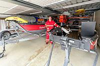 Leeheim 24.06.2021: DLRG-Bootsführer<br /> Matthias Hrobarsch mit den Booten des Katastrophenschutz in der Garage des Stützpunkts am Riedsee<br /> Foto: Vollformat/Marc Schüler, Schäfergasse 5, 65428 R'eim, Fon 0151/11654988, Bankverbindung KSKGG BLZ. 50852553 , KTO. 16003352. Alle Honorare zzgl. 7% MwSt.