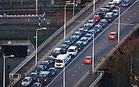 Nederland Den Haag 2020. Binnenstad. File bij het begin van de avond . Schenkviaduct Schenkkade.  Foto Berlinda van Dam / Hollandse Hoogte